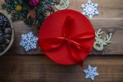 Jul och ask för garneringar för nytt år röd för gåvor royaltyfria foton