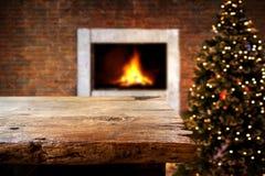 Jul och bakgrund för nytt år med den tomma mörka trädäcktabellen över julträd och suddig ljus bokeh Royaltyfria Bilder