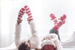 Jul och begrepps-, mamma- och dotterlek för nytt år arkivbilder