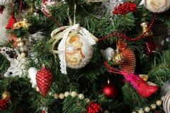 Jul och det nya året - klipp julgranleksaker för det nya året Arkivfoton