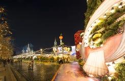 Jul och det nya året semestrar belysning på natten, röd fyrkant i Moskva, Ryssland Royaltyfri Foto