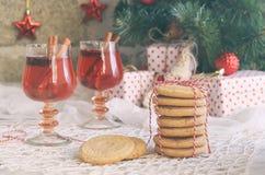 Jul och det nya året semestrar berömbegreppsbakgrund Exponeringsglas av funderat vin med kryddor, hemlagad kaka, xmas-trädanständ royaltyfria foton