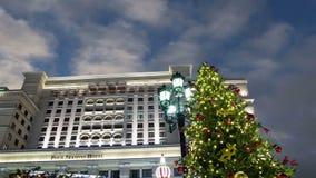 Jul och det nya året semestrar hotellet för belysning och för fyra säsonger på natten moscow Ryssland arkivfilmer