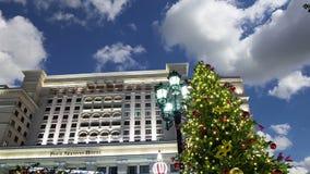 Jul och det nya året semestrar hotellet för belysning och för fyra säsonger på natten moscow Ryssland lager videofilmer