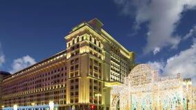 Jul och det nya året semestrar hotellet för belysning och för fyra säsonger på natten moscow Ryssland stock video