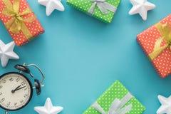 Jul och det nya året semestrar sammansättning med gåvaaskar, stjärnor, klocka på den blåa bakgrunden Bästa sikt, lekmanna- lägenh Royaltyfri Bild