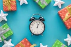 Jul och det nya året semestrar sammansättning med gåvaaskar, stjärnor, klocka på den blåa bakgrunden Bästa sikt, lekmanna- lägenh Arkivfoto