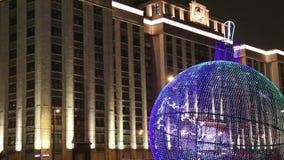 Jul och det nya året semestrar belysning och byggnad av den statliga Dumaen av den federala enheten av rysk federation på natten stock video