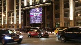 Jul och det nya året semestrar belysning och byggnad av den statliga Dumaen av den federala enheten av rysk federation på natten lager videofilmer