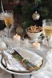 Jul och för ferietabell för nytt år inställning Beröm Ställeinställning för Xmas-matställe bakgrundskulor färgade tänd lampa för  royaltyfri bild