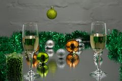 Jul och ferie för nytt år bordlägger inställningen med champagne Beröm Ställeinställning för julmatställe bakgrundskulor färgade  royaltyfri bild