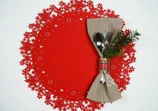 Jul och ferie för nytt år bordlägger ställeinställningen med filialen av julgranen Bästa sikt, röd woolen och vit bakgrund royaltyfri bild
