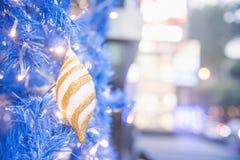 Jul och festival för nytt år med guld- bokeh som bakgrund royaltyfri foto