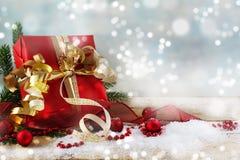 Jul och gåva för nytt år med rött papper, guld- band och b Fotografering för Bildbyråer