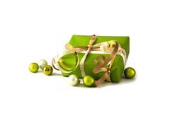 Jul och gåvor för nytt år i dokument med olika förslag, guld- band och Arkivbild
