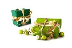 Jul och gåvor för nytt år i dokument med olika förslag, guld- band och Royaltyfria Bilder