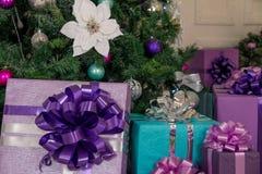 Jul och gåvor för nytt år under trädet arkivfoton
