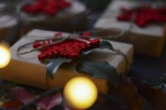Jul och gåvor och garnering för nytt år arkivfoto