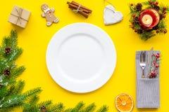 Jul och garnering för nytt år med utrymme för bästa sikt för bakgrund för gåva, för platta och för tabell för granträd gult för t arkivfoto