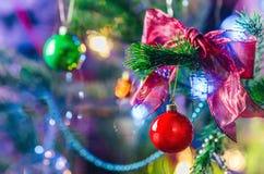 Jul och garneringbakgrund för nytt år Skinande boll för röd jul på granfilial Ljus jul och nytt år Royaltyfria Foton