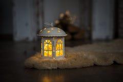 Jul och inre för nytt år, garneringar i form av hus med girlanden arkivfoto