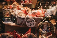 Jul- och julgrangarneringar på försäljning i vinterunderland, London Arkivfoton