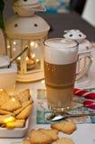 Jul och kaffestillebenabstrakt begrepp med varma ledde ljus arkivbilder