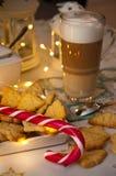 Jul och kaffestillebenabstrakt begrepp med varma ledde ljus royaltyfri fotografi
