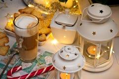Jul och kaffestillebenabstrakt begrepp med varma ledde ljus arkivbild