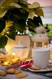 Jul och kaffestillebenabstrakt begrepp med varma ledde ljus royaltyfri bild