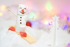 Jul och kort för nytt år med snögubben från marshmallowen, chokladgingerbreadcookies och den vita julgranen som göras av papper,  arkivbild