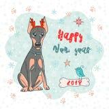 Jul och kortet för lyckligt nytt år med dobermanen dog den bärande horn- kanten för hjortar och den gulliga fågeln Royaltyfria Bilder