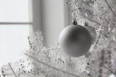 Jul och leksaker och bollar för nytt år på trädet arkivfoton
