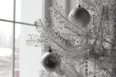 Jul och leksaker och bollar för nytt år på trädet royaltyfria bilder