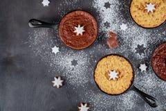 jul och ny year' s-helgdagsaftonkakor i ett symbol av de festliga garneringarna för nytt år royaltyfri foto