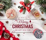 Jul och nytt år som är typografiska på vit träbakgrund med granfilialer, gåva, kamera Tema för Xmas och för lyckligt nytt år royaltyfri foto
