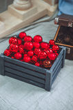 Jul och nytt år som tätt dekoreras upp Träasken med sörjer Fotografering för Bildbyråer