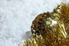 Jul och nytt glöd för guling för guld för års` s färgrikt tänder garneringar på snö Fotografering för Bildbyråer