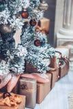 Jul och trädet för nytt år dekorerade tätt upp Jul presen Fotografering för Bildbyråer