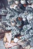 Jul och trädet för nytt år dekorerade tätt upp Jul presen Arkivfoton