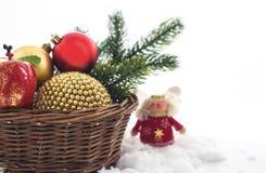 Julсomposition med julgarneringar i korg och Arkivbilder