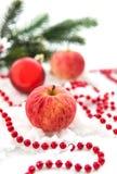 Julсomposition med röda äpplen, jul leksak, girland a Arkivbilder