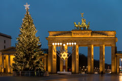 Jul på den Brandenburg porten i Berlin, Tyskland Royaltyfri Bild