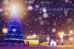 Jul på nattstaden Belysningar och garneringar i nattcityscape Julgran som dekoreras på berömd fyrkant arkivbilder