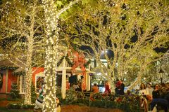 Jul på shoppinggallerian, Glendale Galleria Arkivfoton