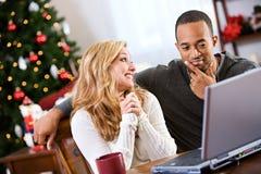 Jul: Par som diskuterar vad de önskar för jul Fotografering för Bildbyråer
