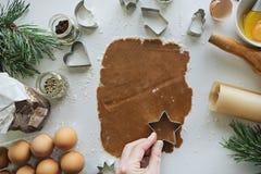 Jul pepparkaka och kakamatlagningprocess Royaltyfri Bild