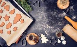 Jul pepparkaka och kakamatlagningprocess arkivbild