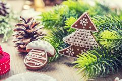 Jul Pepparkakan för julbollbakelse sörjer kotten och garnering bakgrundsjulen stänger upp röd tid royaltyfri bild