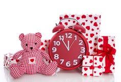 Jul: röda och vitgåvor med klockan och rosa färgnallebea Fotografering för Bildbyråer
